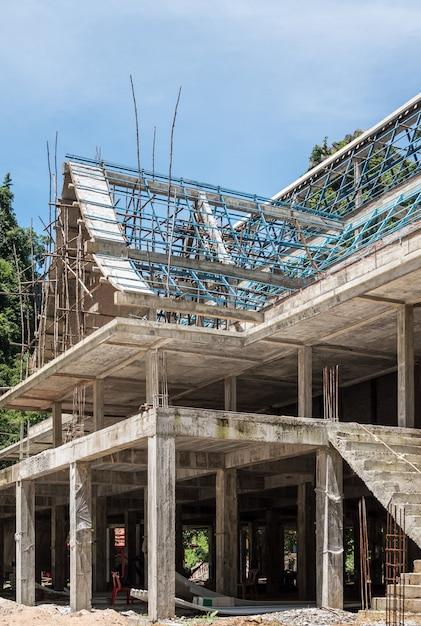 木製の足場が付いている未完成の寺院。 Premium写真