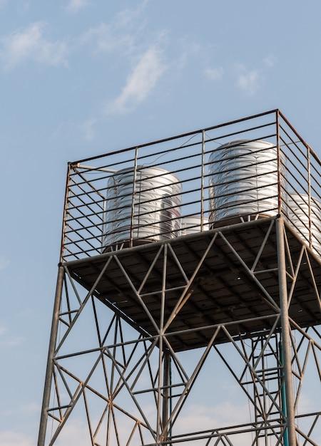 金属製の塔の上の鋼鉄水タンク Premium写真