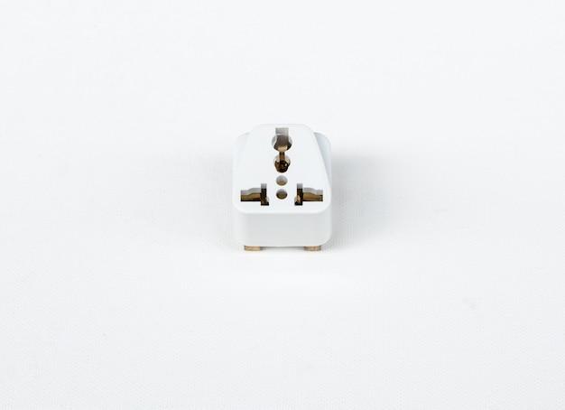 白いキャンバスにユニバーサルアダプタープラグ。 Premium写真