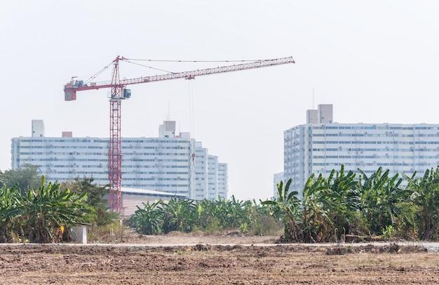 建設現場のモダンな高いクレーン。 Premium写真