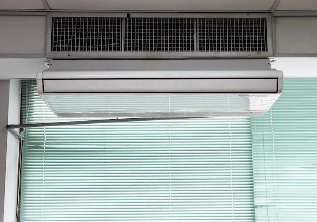 新しいエアコンユニットが天井にぶら下がっています。 Premium写真