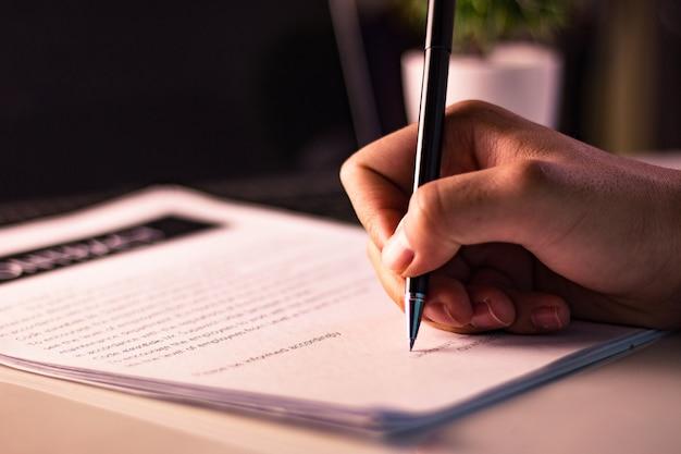 実業家のオフィスで文書に署名する Premium写真