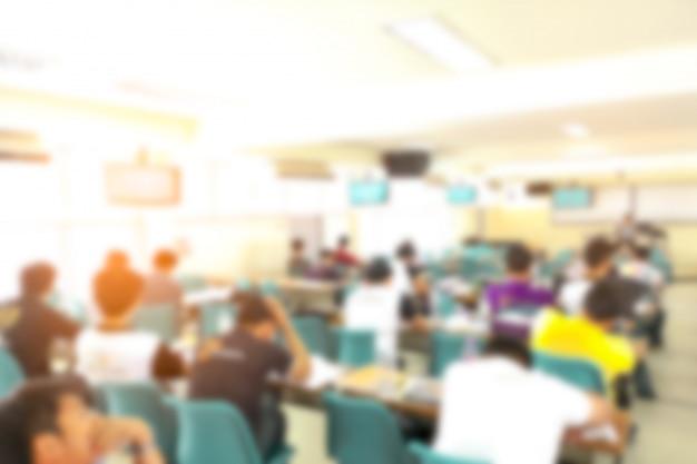 セミナールーム、教育の概念で抽象的なぼかし人講演 Premium写真