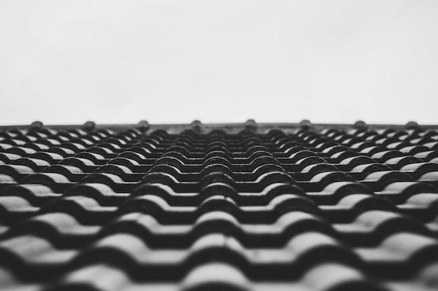家の選択と集中の白黒の屋根瓦を閉じます。 Premium写真