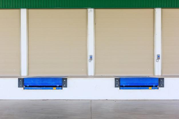 ローラーシャッタードアおよびドックレベラーランプ Premium写真