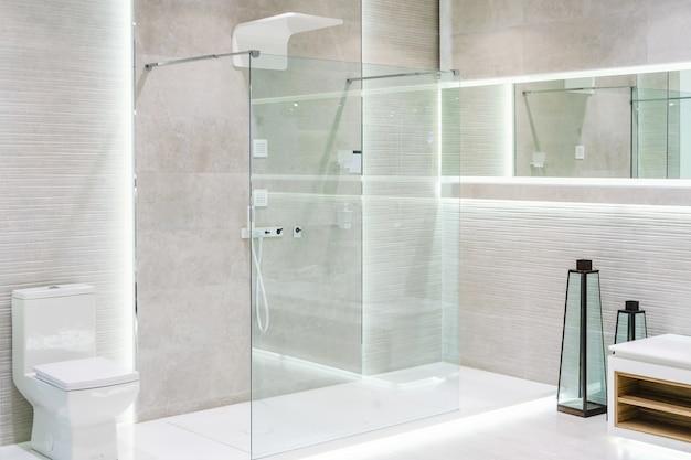 Интерьер ванной комнаты с белыми стенами Premium Фотографии