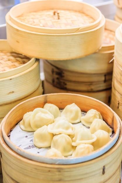 中国の竹蒸し器のスタック、竹の蒸気蒸し器の中の딤本、中国料理 Premium写真