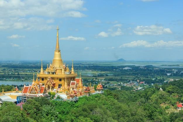 タイ・ナコンサワン県のワット・キリウォン寺院で黄金の塔 Premium写真