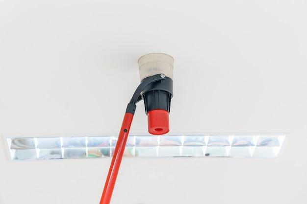 Автоматическая пожарная сигнализация на потолке. Premium Фотографии