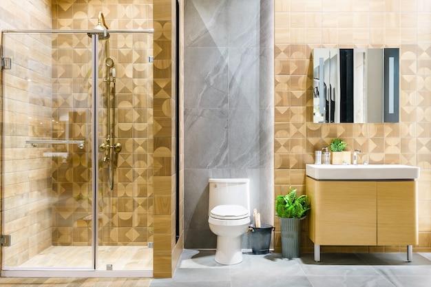 白い壁の広々とした明るくモダンなバスルームのインテリア Premium写真