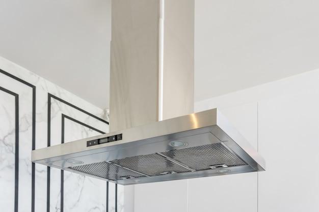 台所の内部の現代ステンレス鋼そして範囲のフード。 Premium写真