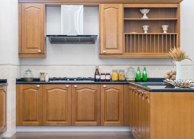 贅沢なアパートのステンレス製電化製品を備えたモダンで明るく清潔なキッチンインテリア。 Premium写真