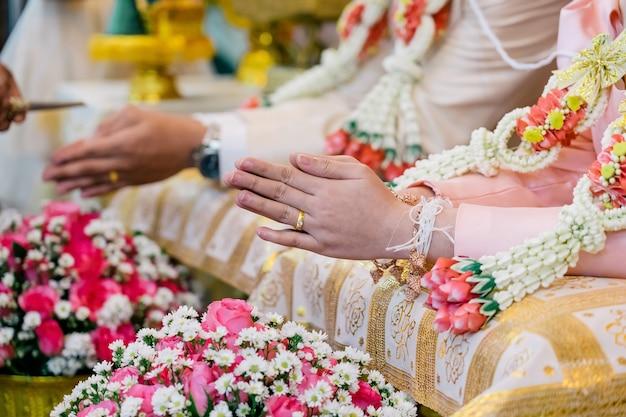 繁栄のための散水式タイ式結婚式。 Premium写真