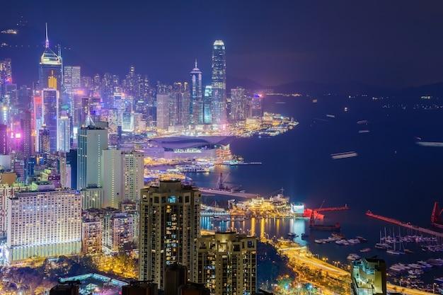 ブレイマーヒルの頂上から夕暮れ時に捉えた香港の街のスカイライン Premium写真