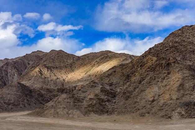 日光でレーを囲む美しい山々のパノラマ-ラダック、ジャム、カシミール、インド。 Premium写真
