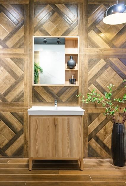 洗面台の蛇口と鏡付きのバスルームのインテリア。バスルームのモダンなデザイン Premium写真