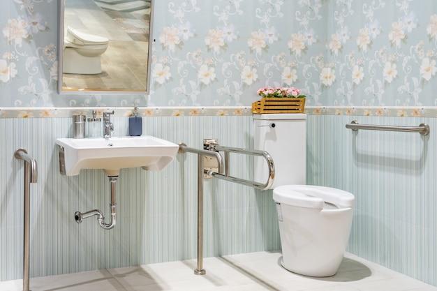 Интерьер ванной комнаты для инвалидов или пожилых людей. перила для инвалидов и пожилых людей в ванной Premium Фотографии