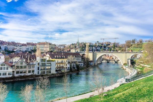 スイスのベルン。アーレ川に架かる旧市街とニーデグブリュッケ橋の眺め。 Premium写真