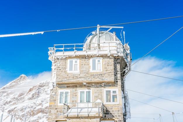 スイス、ベルナーオーバーラントのユングフラウ駅にある世界最高峰のユングフラウヨッホにあるスフィンクス天文台の眺め。 Premium写真