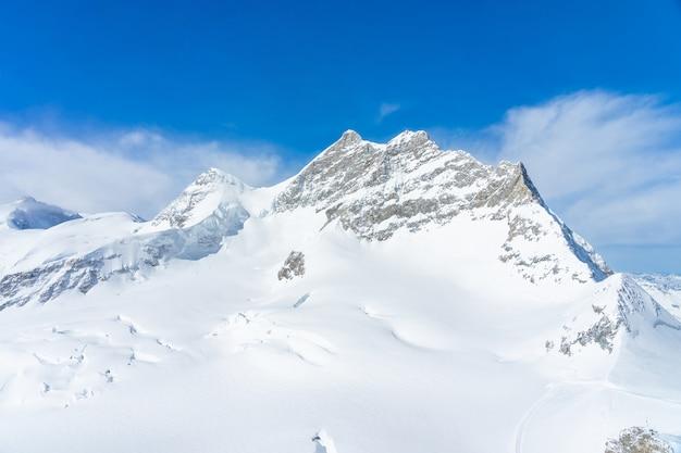 ユングフラウヨッホ、スイスのヨーロッパのトップから岩の崖ユングフラウピークビューのパノラマ風景 Premium写真