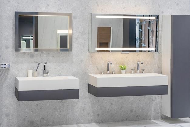 Современная просторная ванная комната с яркой плиткой с туалетом и раковиной. вид сбоку Premium Фотографии