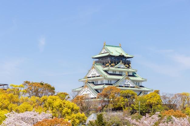 桜の前景がある大阪城 Premium写真