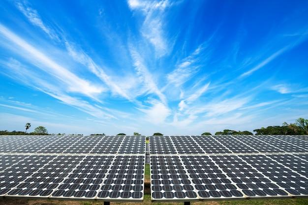 青い空を背景に太陽電池パネル Premium写真