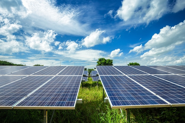 Солнечные панели на голубом небе Premium Фотографии