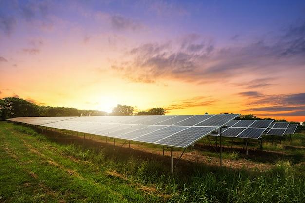Панель солнечных батарей на фоне драматического закатного неба Premium Фотографии