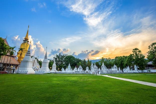 Ват суан док - буддийский храм (ват) на закате Premium Фотографии