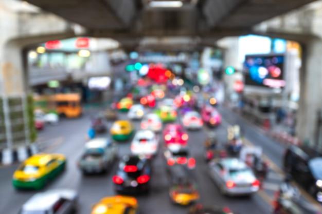 ラッシュアワーの背景の中に都市通りの道路上の交通渋滞のぼやけたビュー Premium写真