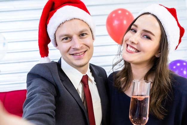 Селфи счастливая пара держит бокал с шампанским Premium Фотографии