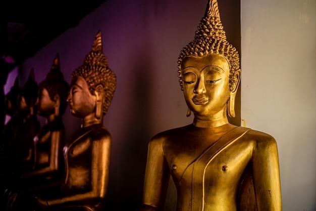 Красивые золотые статуи будды Premium Фотографии