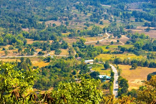 メーコン川ラオスの山の景色とタイのルーイ県のプートック公園のチェンカーンの町 Premium写真