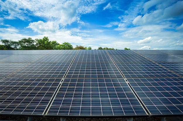 Панель солнечных батарей на фоне голубого неба Premium Фотографии