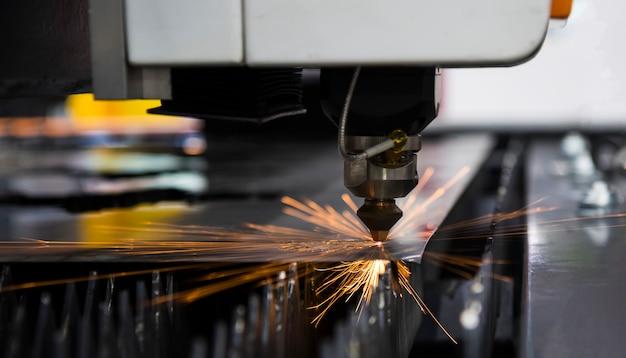 レーザー切断機で切断した鋼の金属シート Premium写真