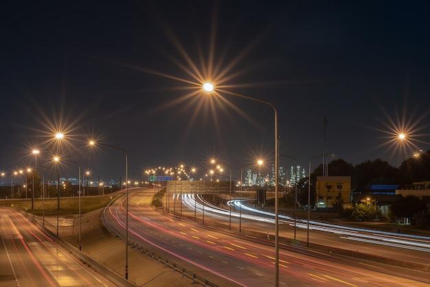 工業団地を目的とした交通ルート、輸送ルート、産業および輸送の概念、ソフトフォーカス Premium写真