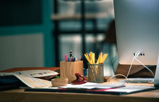 Вид сбоку на рабочем месте с компьютером Premium Фотографии