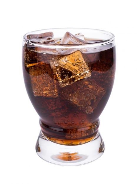 白い背景の上のアイスキューブとガラスのコーラ Premium写真