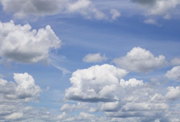 ファンタジーとヴィンテージのダイナミックな雲と空 Premium写真