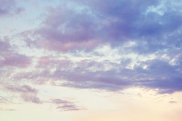 ファンタジーとヴィンテージの動的雲と空の背景のグランジテクスチャ Premium写真