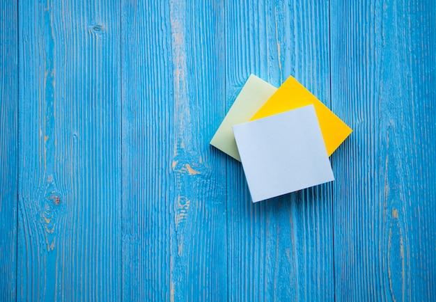 Заметки на бумаге для заметок мотивирующая цитата на липкой бумаге Premium Фотографии