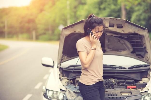 若い、壊れた、車、助けを求める、女性。 Premium写真