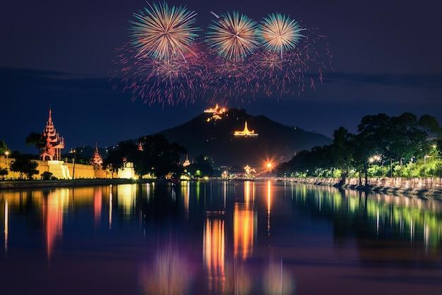 Мандалай-хилл ночью с фейерверком Premium Фотографии