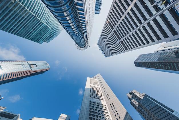 Современные здания на голубом небе в центре города в сингапуре. Premium Фотографии