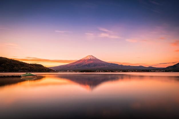 山の風景画像富士河口湖の日の出で河口湖の上の富士。 Premium写真