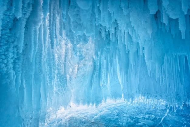 Внутри голубой ледяной пещеры на озере байкал, сибирь, восточная россия. Premium Фотографии