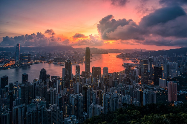 ピーク山からの日の出ビューで香港市内。 Premium写真