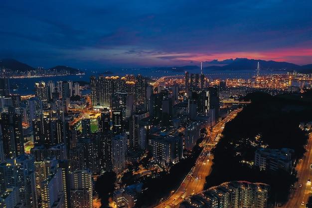夕暮れ時の香港市の空撮。 Premium写真