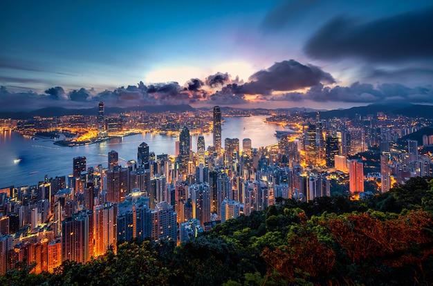 ピーク山からの日の出ビューで香港の街並み。 Premium写真
